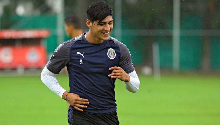 Alan Pulido, durante un entrenamiento con las Chivas
