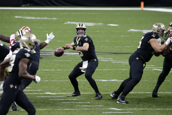 Drew Brees en acción ante San Francisco