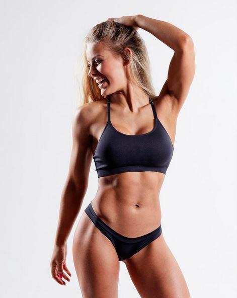 Le gusta el ejercicio y tiene un cuerpo fitness