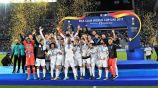 Jugadores del Real Madrid levantan el trofeo del Mundial de Clubes