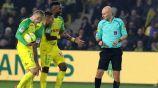 Tony Chapron y jugadores del Nantes en discusión
