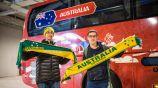 Aficionados de Australia posan con el camión de su selección