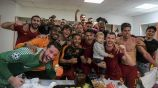 Jugadores de la Roma festejan en el vestidor