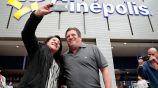 Miguel Herrera se toma fotos con una fan