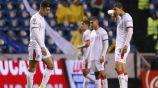 Jugadores de Chivas lamentan un gol del Puebla