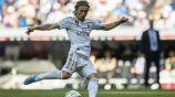 Luka Modric remata el balón durante un partido con el Real Madrid