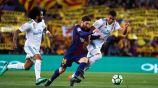 Messi y Casemiro pelean un balón en el Clásico