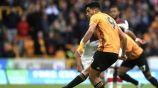 Raúl Jiménez cobrando un penal con Wolverhampton