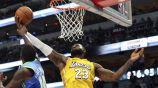 LeBron James intenta capturar un rebote durante el partido