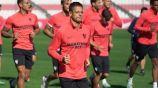 Chicharito en un entrenamiento con el Sevilla
