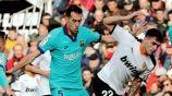Sergio Busquets pelea un balón en el juego ante Valencia
