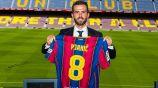 Miralem Pjanic posa con su camiseta del Barcelona