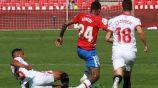 Kenedy conduce el balón durante el partido