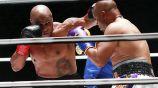 Mike Tyson en acción ante Roy Jones Jr