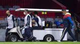 Chucho López abandona el campo por lesión