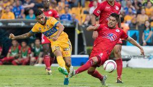 Javier Aquino patea el balón en el juego contra Lobos