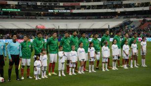 Los jugadores de la Selección Mexicana formados para cantar el himno