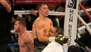 Gennady Golovkin festeja tras terminar de pie la pelea contra Canelo