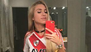 Melisia posa muy sensual con la playera del River Plate