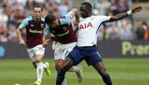 Chicharito, disputando el balón en el juego contra Tottenham