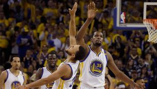 Kevin Durant festeja con Curry en un juego de Warriors