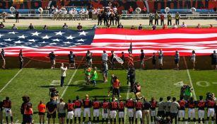 El lado de los Steelers luce vacío durante el himno de los Estados Unidos