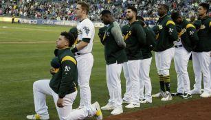 Bruce Maxwell, de Oakland Athletics, hincado durante el himno de EU