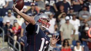 Tom Brady lanza el balón en un juego con los Pats