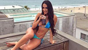 Nikki Bella posa sexy en la playa