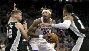 Willie Cauley-Stein intenta avanzar entre dos defensores