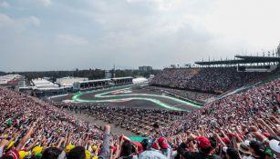 Afición en el GP de México con el puño arriba