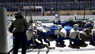 El Staff de Sauber cambia una llanta durante el GP de Brasil