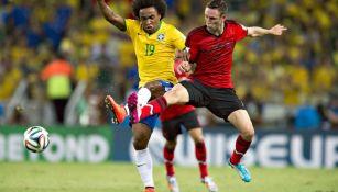 Layún pelea con Marcelo en el juego entre Brasil y México del Mundial de 2014