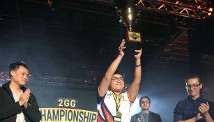 MKLeo levanta el trofeo de campeón en la Esports Arena de California