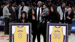 Kobe Bryant posa junto a su familia en la ceremonia de retirada de sus números