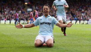 Javier Hernández festeja su gol con el West Ham