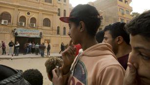 Gente se reúne frente a la iglesia Mar Mina, en Helwan, El Cairo, Egipto