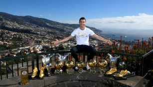 Cristiano Ronaldo posa con sus trofeos en Madeira