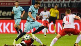 Héctor Herrera disputa un balón en el juego vs Leipzig en la Champions