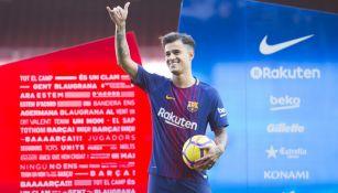 Coutinho saluda a la afición culé en Camp Nou