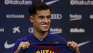 Coutinho posa con una playera del Barça con su nombre