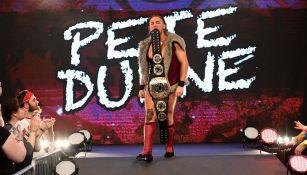 Pete Dunne hace su entrada al ring