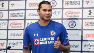 Gullit posa con la playera de Cruz Azul
