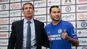 Eduardo de la Torre posa junto al nuevo refuerzo de Cruz Azul, Carlos Peña