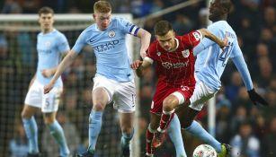 De Bruyne y Paterson durante el partido del City vs Bristol