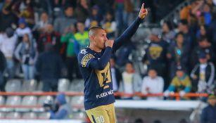 Nico Castillo festeja un gol con Pumas