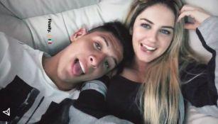 El futbolista compartió una foto con su novia