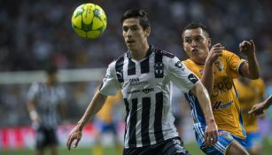 Marco Bueno pelea el balón contra Alberto Acosta en la Final de la Liga MX