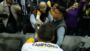 Gignac acerca trofeo de Campeón a niño con cáncer