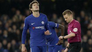Marcos Alonso se lamenta durante el juego frente al Leicester